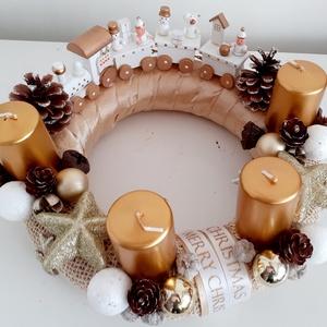 Karácsonyi vonatozás/adventi asztaldísz, Karácsony & Mikulás, Adventi koszorú, Virágkötés, A koszorú alapot szövött szalaggal és bronz színű szalaggal vontam be.A gyertyák bronz színűek és ha..., Meska
