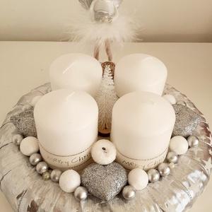 Ezüst angyalkás asztaldísz/adventi koszorú, Karácsony & Mikulás, Adventi koszorú, Virágkötés, A koszorú alapot ezüst alapon fehér csillagos szalaggal vontam be.Közepére 4 db fehér gyertyát helye..., Meska