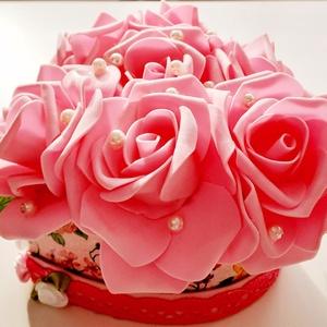 Rózsaszín nagy rózsás szívdoboz, Otthon & Lakás, Dekoráció, Csokor & Virágdísz, Virágkötés, A szív alakú dobozt dekupázs technikával díszítettem és szövött szalaggal kereteztem a doboz szélét...., Meska