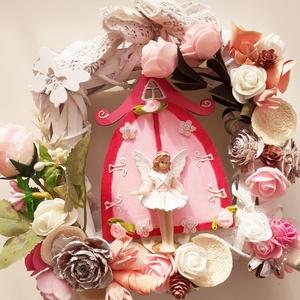 Rózsaszín angyalkapu, Otthon & Lakás, Dekoráció, Ajtódísz & Kopogtató, Virágkötés, A fehér fonott alapra akril festékkel festettem meg a kaput,rózsaszín kis tündért helyeztem a közepé..., Meska
