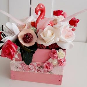 Flamingós asztaldísz, Otthon & Lakás, Dekoráció, Asztaldísz, Virágkötés, A dobozt rózsaszín akril festékkel festettem le,szalaggal és papír rózsákkal díszítettem.A doboz köz..., Meska