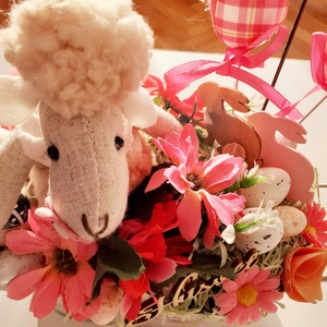 Barikás húsvéti asztaldísz, Otthon & Lakás, Dekoráció, Asztaldísz, Virágkötés, A tavaszi mintázatú fém kaspóba szőrmés figurát ültettem.Tojásokkal,virágokkal,termésekkel és húsvét..., Meska