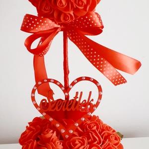 Piros rózsák és szívek/asztaldísz, Otthon & Lakás, Dekoráció, Asztaldísz, Virágkötés, A szív formát piros rózsákkal ragasztottam tele,piros szalaggal bevont pálcára tűztem.Piros kaspóba ..., Meska