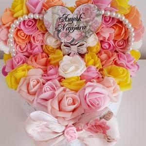 Rózsadoboz pasztell színekben, Otthon & Lakás, Dekoráció, Csokor & Virágdísz, Virágkötés, A szív alakú dobozba barack,rózsaszín,sárga,tejfehér habrózsákat helyeztem.A doboz tetejét is rózsák..., Meska