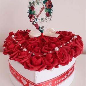 Rózsadoboz piros rózsákka,l és fehér gyöngyökkel, Otthon & Lakás, Dekoráció, Csokor & Virágdísz, Virágkötés, A fehér szív alakú dobozba vörös színű, apró habrózsákat ragasztottam,szív alakban a tetejére fehér ..., Meska