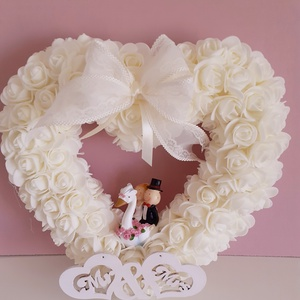 Szív alakú,esküvői kopogtató, Esküvő, Dekoráció, Helyszíni dekor, Virágkötés, A koszorú alapot először fehér szatén szalaggal vontam be,utána ekrü/krém színű/habrózsákkal díszíte..., Meska