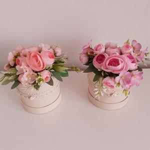Szülőköszöntő virág dobozok, Esküvő, Emlék & Ajándék, Szülőköszöntő ajándék, Virágkötés, A krém színű kerek dobozba oázist ragasztottam .körbe szövött szalaggal és gyöngyös-szalagrózsás füz..., Meska