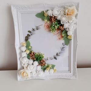 Esküvői képkeret, rózsákkal, Otthon & Lakás, Dekoráció, Képkeret, Virágkötés, A romantikus kialakítású képkeret két ellenkező sarkába, bézs és fehér különböző méretű habrózsákat,..., Meska