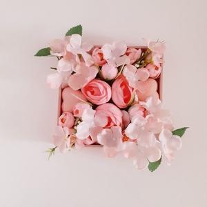 Köszönőajándék esküvőre/ballagásra, Esküvő, Emlék & Ajándék, Köszönőajándék, Virágkötés, A fa dobozt először akril festékkel púder színűre festettem,az aljára leveleket ragasztottam,majd er..., Meska