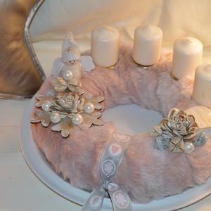 Púder/rózsaszín adventi koszorú, Otthon & Lakás, Karácsony & Mikulás, Adventi koszorú, Mindenmás, Szalma alapot vontam be fáradt rózsaszín puha műszőrmével, majd díszítettem egy fából készült hókris..., Meska