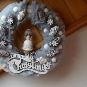 Szürke műszörmés karácsonyi kopogtató, Otthon & Lakás, Karácsony & Mikulás, Karácsonyi kopogtató, Mindenmás, Szürke műszőrmés, angyalkás kopogtató.\nSzalma alapot vontam be puha műszőrmével és díszítettem toboz..., Meska