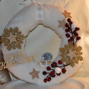Karácsonyi kopogtató fehér, Otthon & Lakás, Karácsony & Mikulás, Karácsonyi kopogtató, Mindenmás, Szőrmés szalma alapra készült karácsonyi kopogtató csipkebogyó és hópehely díszítéssel.\nÁtmérője: ~ ..., Meska
