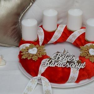 Piros szőrmés adventi koszorú, Otthon & Lakás, Karácsony & Mikulás, Adventi koszorú, Mindenmás, Szalma alapot vontam be piros szőrmével, majd dekoráltam textil szalaggal, gyertyákkal, műanyag hópe..., Meska