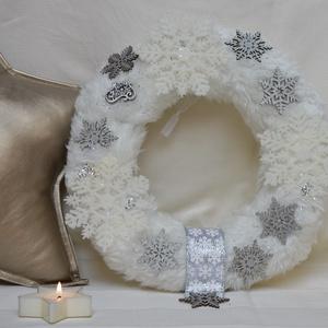 Fehér/ezüst karácsonyi kopogtató, Otthon & Lakás, Karácsony & Mikulás, Karácsonyi kopogtató, Mindenmás, Fehér műszőrme kopogtató, hópehely díszítéssel.\nÁtmérője: ~ 27 cm\nSúlya: 390 gramm\nA képeken látható..., Meska