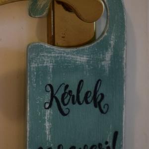 Kérlek ne zavarj  ajtó tábla, Lakberendezés, Otthon & lakás, Ajtódísz, kopogtató, Utcatábla, névtábla, Festett tárgyak, Kérlek ne zavarj feliratos ajtó tábla.\nKülönböző színekben és betűtípusokkal rendelhető.\nMagyar vagy..., Meska