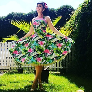 Pinup Rockabilly ruha, Flamingó mintás, trópusi virágos, Táska, Divat & Szépség, Magyar motívumokkal, Ruha, divat, Női ruha, Ruha, Varrás, Trópusi, Flamingó mintás rockabilly, pinup ruha, hozzá illő rózsaszín pöttyös pánttall. 100% pamut.\n..., Meska