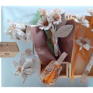 marti - role play set Nr.1.  tematikus készlet - virágbolt, bézs - narancssárga (szerepjáték szett), Gyerek & játék, Játék, Fajáték, Készségfejlesztő játék, Plüssállat, rongyjáték, Famegmunkálás, Varrás, A fenyőfa bőrönd egy virágbolt kellékeit rejti. Nyisd ki, és rendezd be a fa polcokkal, köss csokrok..., Meska