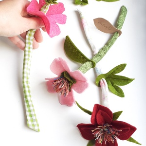 marti - role play set Nr.1.  tematikus készlet - virágok - fűzőcske (szerepjáték szett), rózsaszín -  bordó - zöld, Gyerek & játék, Játék, Fajáték, Készségfejlesztő játék, Plüssállat, rongyjáték, Varrás, A textil szárú, filc szirmú virágokat virágboltos szerepjátékhoz készítettem, de dísze lehet a szobá..., Meska