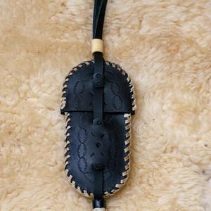 Bicskatok, Férfiaknak, Hagyományőrző ajándékok, Bőrművesség, Varrás, Bicskatok, marhabőrből készült, kézi varrással. Méret: hossza: 15 cm, szélessége: 6 cm., Meska