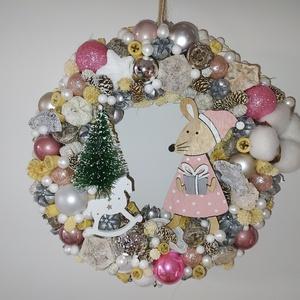 Egérkés karácsonyi kopogtató, Otthon & Lakás, Dekoráció, Ajtódísz & Kopogtató, Mindenmás, 20 cm-es alapra készített tömör ajtódísz. Téli és karácsonyi elemeket tartalmaz. Középpontjában egy ..., Meska