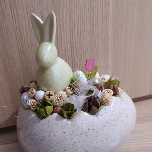 Húsvéti asztaldísz, Otthon & Lakás, Dekoráció, Dísztárgy, Mindenmás, Tört tojás utánzatú kaspóba készült asztali dísz. Közepében egy zöld nyúl látható mellette száraz te..., Meska