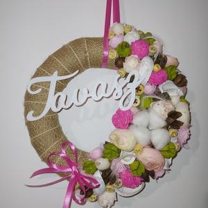 Tavaszi ajtódísz, Otthon & Lakás, Dekoráció, Ajtódísz & Kopogtató, Mindenmás, Tavasz felirattal ellátott ajtódísz. 20cm átmérőjű alapra készült. Termésekkel, virágokkal dekorálva..., Meska
