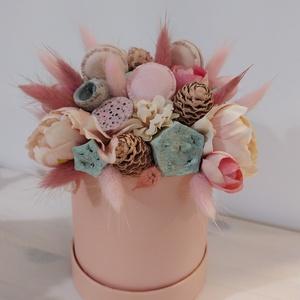 Rózsaszín vidám hangulatú virágbox, Otthon & Lakás, Dekoráció, Díszdoboz, Virágkötés, Rózsaszín papírdobozba készült vidám nyári hangulatú dísz. Macaronokkal, szárított virággal és művir..., Meska