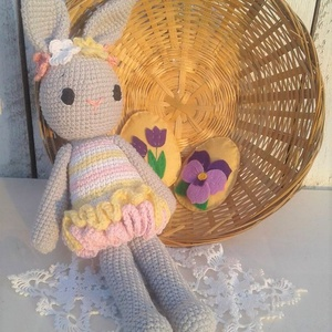 Tavaszi húsvéti horgolt nyuszi fodros ruhácskában virág koszorúval, Gyerek & játék, Játék, Otthon & lakás, Dekoráció, Horgolás, A tavasz és a húsvét színeibe öltözött horgolt nyuszi, fodros ruhácskában, virág koszorúval. 36 cm. ..., Meska