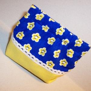 Kék virágos nosztalgia tárca, Táska, Táska, Divat & Szépség, Neszesszer, Pénztárca, tok, tárca, Patchwork, foltvarrás, Varrás, Kék virágos és sárga pamutvászonból készült nosztalgia tárca, mely apróságok táraként is megállja a ..., Meska