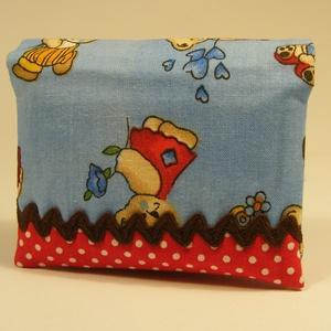 Macis zsebkendőtartó - kék - pöttyös piros, Zsebkendőtartó, Pénztárca & Más tok, Táska & Tok, Patchwork, foltvarrás, Varrás, Pamutvászonból készült gyermek zsebkendőtár, mely 8 db mintás gyermek zsepivel került megtöltésre, í..., Meska