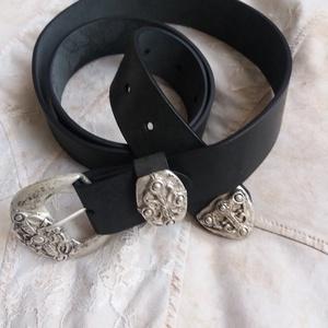 Veretes díszítésű fekete öv különleges csattal, Táska, Divat & Szépség, Öv, Ruha, divat, Bőrművesség, Kiváló minőségű 4 mm vastag 4 cm széles feketemarhabőr öv, dekoratív csattal.  , Meska