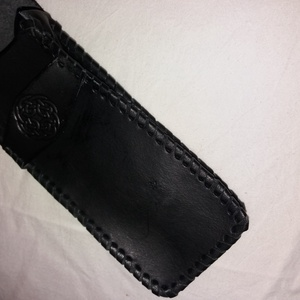 Fűzött fekete tolltartó, Táska & Tok, Pénztárca & Más tok, Bőrművesség, Fekete színű kelta poncolt mintájú,  marha bőrből készült tolltartó. Összeállítása fűzött:\nMérete: 1..., Meska