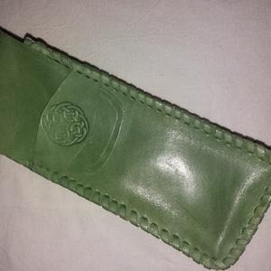 Fűzött kelta tolltartó, Táska & Tok, Pénztárca & Más tok, Bőrművesség, Alma zöld színű kelta poncolt mintájú,  marha bőrből készült tolltartó. Összeállítása fűzött:\nMérete..., Meska