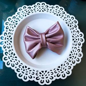 Bőrmasni (rózsaszín), Hajcsat & Hajtű, Hajdísz & Hajcsat, Ruha & Divat, Varrás, Romantikus, mégis vagány lelket takar a rózsaszín masni viselője. Randi, munkahely, vagy egy kelleme..., Meska
