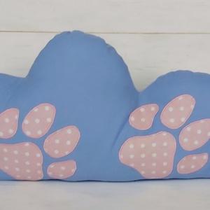 Rózsaszín tappancsos felhőpárna, Gyerek & játék, Baba-mama kellék, Gyerekszoba, Mobildísz, függődísz, Otthon & lakás, Lakberendezés, Lakástextil, Párna, Varrás, Világoskék pamutvászonból készül ez a különleges felhő alakú párna. Egyik oldalát kézzel készült róz..., Meska