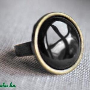 Back to Black - Fekete tűzzománc gyűrű, Ékszer, Szoliter gyűrű, Gyűrű, Különlegesen elegáns darab ez a kerek fekete tűzzománc köves gyűrű.  Gyűrű átmérője 18 mm Kerek beté..., Meska