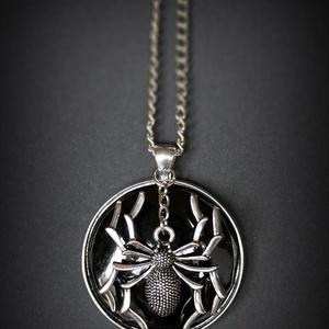 Fekete tűzzománc nyaklánc nagy pókkal, Medálos nyaklánc, Nyaklánc, Ékszer, Ékszerkészítés, Tűzzománc, Ha halloween, akkor boszorkányok, szellemek és pókok. :)\nHa tökéletesen alkalomhoz illő ékszert szer..., Meska