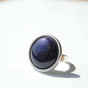 Lila transzparens kerek tűzzománc gyűrű ezüst színű foglalatban, Ékszer, Gyűrű, Esküvő, Esküvői ékszer, Ékszerkészítés, Tűzzománc, Olyan tiszta és finom ez a hófehér tűzzománc köves gyűrű, mint a frissen esett hó.\nGyűrű átmérője 1,..., Meska