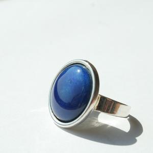 Sötétkék transzparens kerek tűzzománc gyűrű ezüst színű foglalatban, Ékszer, Gyűrű, Esküvő, Esküvői ékszer, Ékszerkészítés, Tűzzománc, Olyan tiszta és finom ez a hófehér tűzzománc köves gyűrű, mint a frissen esett hó.\nGyűrű átmérője 1,..., Meska