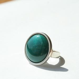 Azúr kerek tűzzománc gyűrű ezüst színű foglalatban, Ékszer, Gyűrű, Esküvő, Esküvői ékszer, Ékszerkészítés, Tűzzománc, Olyan tiszta és finom ez a hófehér tűzzománc köves gyűrű, mint a frissen esett hó.\nGyűrű átmérője 1,..., Meska