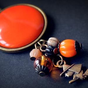 Cute Witch  - boszorkányos narancssárga tűzzománc nyaklánc, Medálos nyaklánc, Nyaklánc, Ékszer, Ékszerkészítés, Tűzzománc, Bűbájos boszis nyaklánc Halloweenre, hogy az alkalomhoz illő legyen az ékszer is. :)\n\nHossza: 42 cm ..., Meska