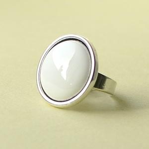 Hófehér kerek tűzzománc gyűrű, Ékszer, Gyűrű, Esküvő, Esküvői ékszer, Ékszerkészítés, Tűzzománc, Olyan tiszta és finom ez a hófehér tűzzománc köves gyűrű, mint a frissen esett hó.\n\nGyűrű átmérője 1..., Meska
