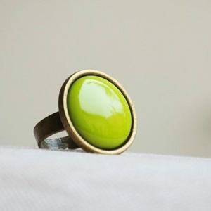 """Bittergreen zöld kerek tűzzománc gyűrű, Statement gyűrű, Gyűrű, Ékszer, Ékszerkészítés, Tűzzománc, \""""Keserű zöld\"""" ennek a fülbevalónak a színe, ami egy élénk, energikus sárgás világos zöld, lehet akár..., Meska"""