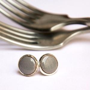 PiciKék - szürke mini tűzzománc bedugós pötty fülbevaló , Pötty fülbevaló, Fülbevaló, Ékszer, Ékszerkészítés, Tűzzománc, A szolidabb stílus kedvelőinek készült ez a klasszikus szürke mini bedugós fülbevaló, antik ezüst sz..., Meska