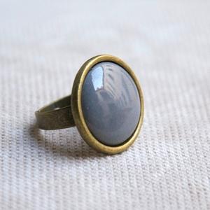 Szürke kerek tűzzománc gyűrű, Ékszer, Gyűrű, Ékszerkészítés, Tűzzománc, A szolidabb stílus kedvelőinek készült ez a kerek szürke tűzzománc köves gyűrű, antik réz/bronz szín..., Meska