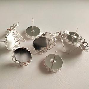 Antik ezüst színű kerek bedugós fülbevaló alap 12 mm csipkés széllel, Gyöngy, ékszerkellék, Egyéb alkatrész, Ékszerkészítés, Szerelékek, Nikkelmentes ötvözetből antik ezüst, nikkel színű (nem fényes ezüst színű!) kerek bedugós fülbevaló ..., Meska