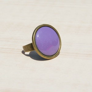 Levendula lila kerek tűzzománc gyűrű, Statement gyűrű, Gyűrű, Ékszer, Ékszerkészítés, Tűzzománc, A levendula mezők lilája és illata ihlette ezt a kerek tűzzománc betétes gyűrűt, antik réz/bronz szí..., Meska