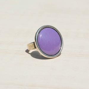 Levendula lila kerek tűzzománc gyűrű, Statement gyűrű, Gyűrű, Ékszer, Ékszerkészítés, Tűzzománc, A levendula mezők lilája és illata ihlette ezt a kerek tűzzománc betétes gyűrűt, antik ezüst színű f..., Meska