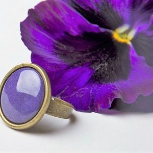 Ibolya lila kerek tűzzománc gyűrű, Szoliter gyűrű, Gyűrű, Ékszer, Ékszerkészítés, Tűzzománc, Az ibolya selymes szirmait idézi ez a kerek tűzzománc betétes gyűrűt, antik réz/bronz színű foglalat..., Meska
