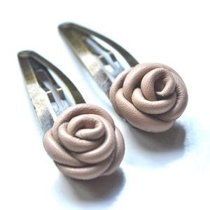 Beige rózsák-bőrvirág hajcsatszett, Ékszer, Bőrművesség, Ékszerkészítés, Két bájos beige rózsa, valódi bőrből aprólékos munkával csat formájában.\nA rózsák jól mutatnak sötét..., Meska